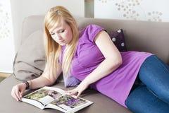 Het jonge vrouw ontspannen Royalty-vrije Stock Foto's