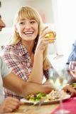 Het jonge Vrouw Ontspannen bij Dinerpartij Royalty-vrije Stock Fotografie