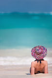Het jonge vrouw ontspannen bij strand Royalty-vrije Stock Fotografie