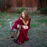 Het jonge vrouw ontspannen in de tuin Royalty-vrije Stock Foto's