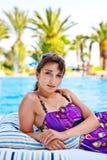 Het jonge vrouw ontspannen dichtbij het water Stock Foto's