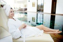 Het jonge Vrouw Ontspannen door Pool in KUUROORD stock foto's