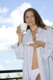 Het jonge vrouw ontspannen, het drinken koffie Stock Afbeeldingen