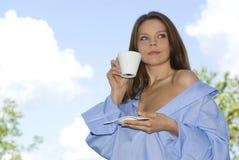 Het jonge vrouw ontspannen, het drinken koffie Royalty-vrije Stock Afbeeldingen
