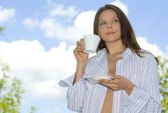 Het jonge vrouw ontspannen, het drinken koffie Stock Foto's