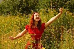 Het jonge vrouw ontspannen in het gras Stock Afbeelding