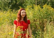 Het jonge vrouw ontspannen in het gras Stock Afbeeldingen