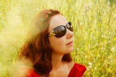 Het jonge vrouw ontspannen in het gras Royalty-vrije Stock Foto