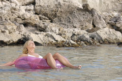 Het jonge vrouw ontspannen in het overzees. Royalty-vrije Stock Fotografie