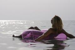 Het jonge vrouw ontspannen in het overzees. Royalty-vrije Stock Foto's