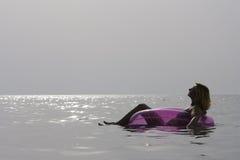 Het jonge vrouw ontspannen in het overzees. Stock Afbeeldingen