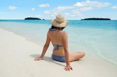 Het jonge vrouw ontspannen op Aitutaki-Lagune Cook Islands Stock Foto