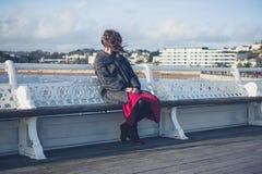 Het jonge vrouw ontspannen op de pijler Royalty-vrije Stock Fotografie