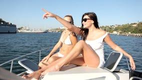 Het jonge vrouw ontspannen op een jacht stock footage