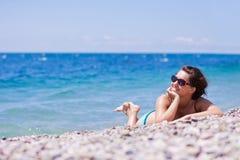 Het jonge vrouw ontspannen op het strand Royalty-vrije Stock Fotografie