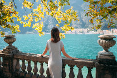 Het jonge vrouw ontspannen op mooi Garda-meer stock foto