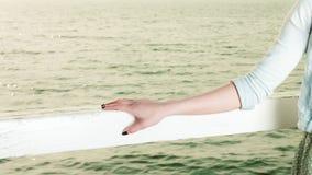 Het jonge vrouw ontspannen op pijler openlucht stock foto's