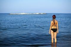 Het jonge vrouw ontspannen in overzees Stock Foto's
