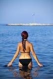 Het jonge vrouw ontspannen in overzees Royalty-vrije Stock Foto