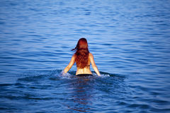 Het jonge vrouw ontspannen in overzees Stock Fotografie