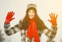Het jonge vrouw openlucht golven in de winter royalty-vrije stock foto