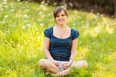 Het jonge vrouw openlucht ontspannen Royalty-vrije Stock Fotografie