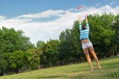 Het jonge vrouw openlucht springen royalty-vrije stock afbeeldingen