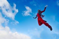 Het jonge vrouw openlucht springen royalty-vrije stock foto's