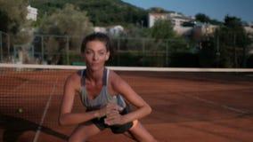 Het jonge vrouw praktizeren vóór een tennisgelijke in het open hof stock footage