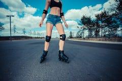 Het jonge vrouw rollerblading Royalty-vrije Stock Foto
