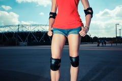 Het jonge vrouw rollerblading Royalty-vrije Stock Afbeeldingen