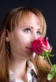 Het jonge vrouw rood ruiken nam toe Royalty-vrije Stock Afbeelding