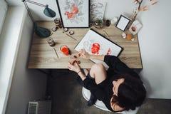 Het jonge vrouw schilderen met waterverfverven royalty-vrije stock afbeelding