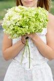 Het jonge vrouw snuiven bloemen stock afbeeldingen