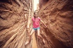 Het jonge vrouw spelen in de rode canions van de rotsgroef terwijl op vakantie royalty-vrije stock afbeelding