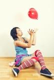 Het jonge vrouw spelen met ballon royalty-vrije stock afbeeldingen