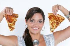 Het jonge vrouw spelen met pizza stock afbeelding