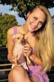 Het jonge vrouw spelen met puppy Royalty-vrije Stock Foto's