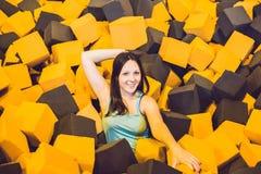 Het jonge vrouw spelen met zachte blokken bij binnenkinderenplaygrou stock afbeelding