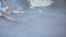 Het jonge vrouw spelen in water Mooie brunette op strand Griekenland stock footage