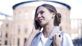 Het jonge vrouw spreken op telefoon in de straat, sluit omhoog stock video