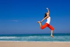 Het jonge vrouw springen royalty-vrije stock foto