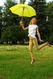 Het jonge vrouw springen royalty-vrije stock afbeeldingen