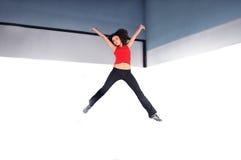 Het jonge vrouw springen Royalty-vrije Stock Afbeelding