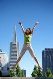 Het jonge vrouw springen stock foto