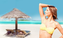 Het jonge vrouw stellen in bikini op strand royalty-vrije stock foto