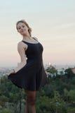 Het jonge vrouw stellen in de hollywoodheuvels Stock Foto's