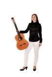 Het jonge vrouw stellen in de studio die een klassieke gitaar houden Stock Afbeeldingen