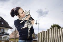 Het jonge vrouw stellen met een kat Royalty-vrije Stock Fotografie