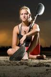 Het jonge vrouw stellen met kajakpeddel Stock Foto's